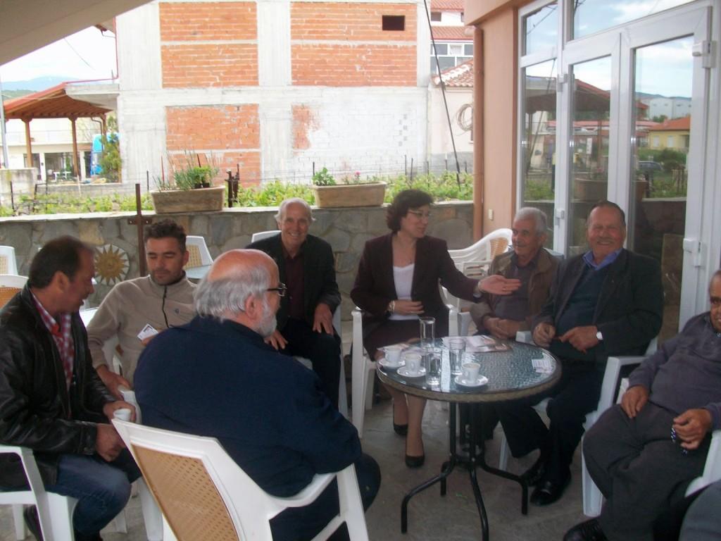 Περαία, συζήτηση στο καφενείο με πολίτες